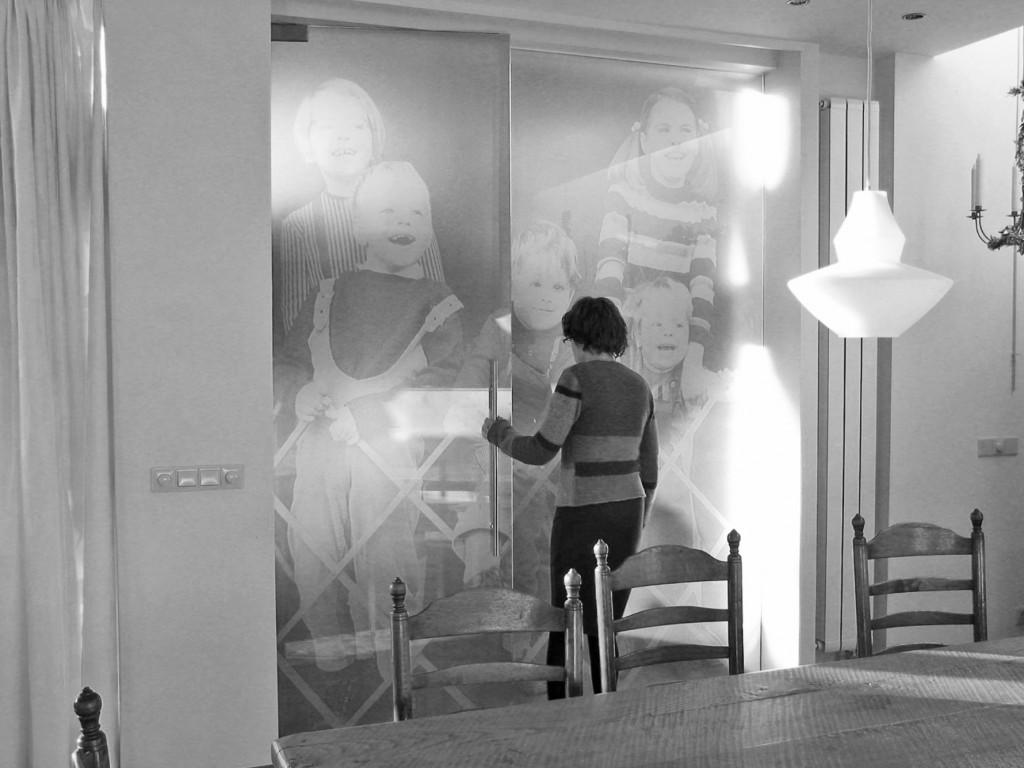 Dominique Panhuysen, Glazen fotowand,                               ,